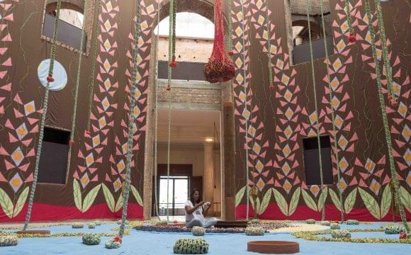 Da penitenciária para a Pinacoteca: representando companheiras, ex-detenta faz bordados em instalação de Ernesto Neto