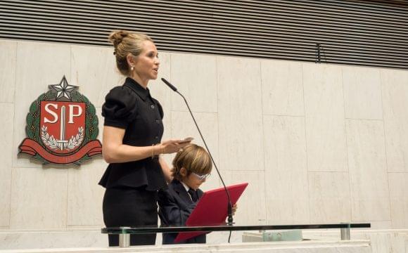Patrícia Villela Marino recibe el premio de Derechos Humanos en la Legislatura de San Pablo